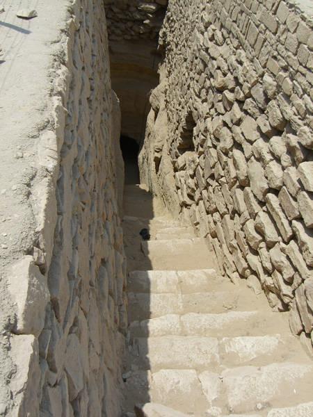 Вход в подземную галерею пирамиды Джосера.