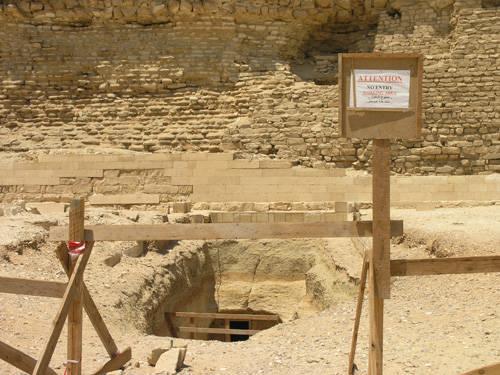 Южный вход в подземные галереи ступенчатой пирамиды.