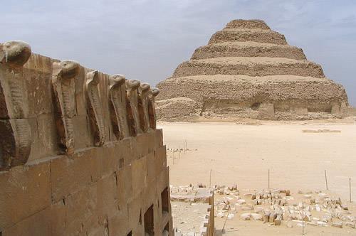 Вид на южную сторону пирамиды Джосера. Погребальный комплекс.
