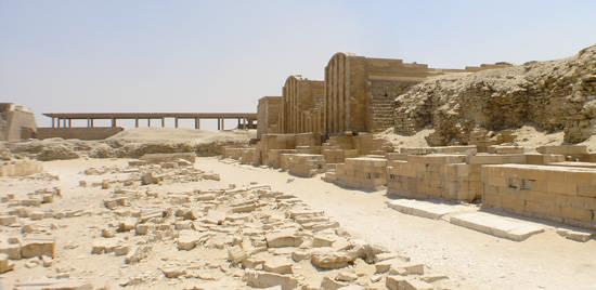 Вид с севера на западную сторону двора хеб - сед пирамиды фараона Джосера.