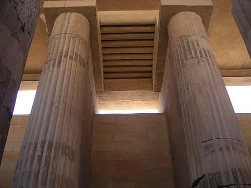 Каменный потолок имтирует пальмовые бревна. Фараон Джосер. Погребальный комплекс.