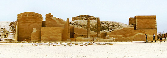 Вид на царский павильон. Комплекс пирамиды Джосера.