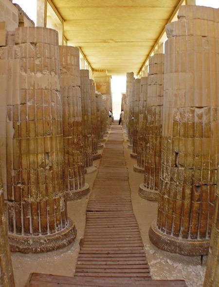Входные контрфорсы с колоннами. Комплекс пирамиды Джосера.