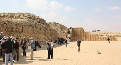 Вход во внутренний двор комплекса пирамиды Джосера.