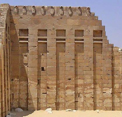 Стена с фризом из кобр. Комплекс пирамиды Джосера.
