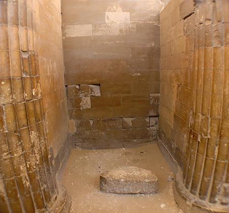 Пространство между входных колонн. Пирамида Джосера. Погребальный комплекс.
