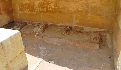 Остатки статуй на северном конце двора хеб- сед. Погребальный комплекс Джосера.