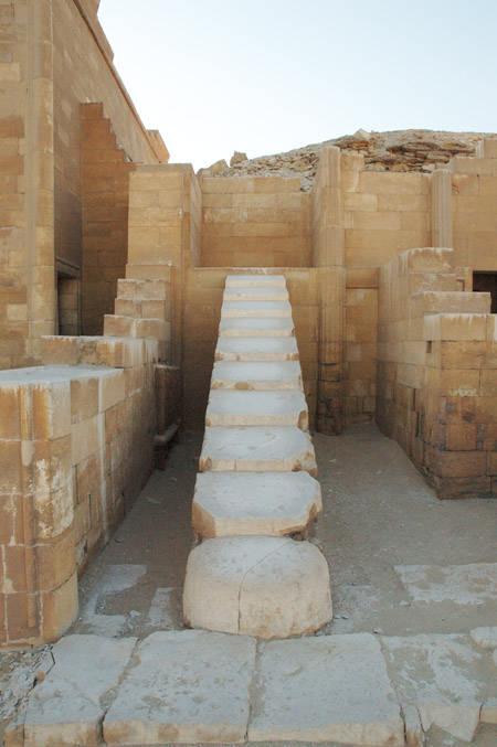 Лестница в нишу. Придел первого вида пирамиды Джосера.