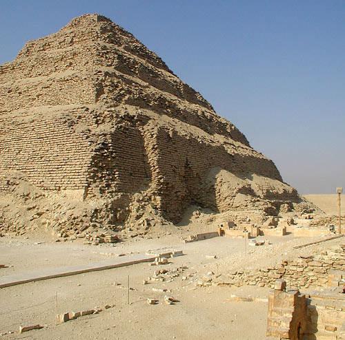 Вид на северную сторону ступенчатой пирамиды Джосера. Двор- сердаб фараона.
