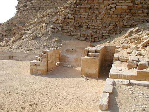 Закрытая молельня у северо - восточного края пирамиды Джосера.