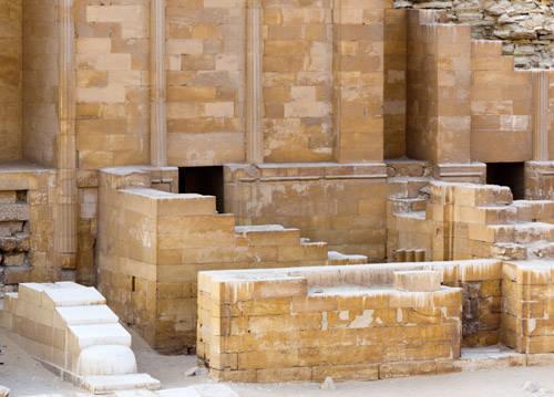 Внутреннее пространство придела у западной стороны. Внутри видны горельефы запоров. Погребальный комплекс Джосера.