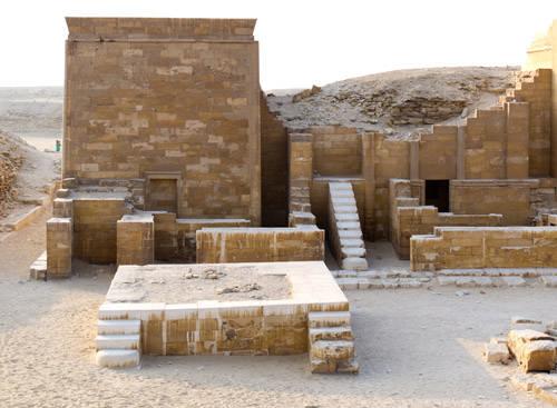 Каменная платформа на южном конце двора. Комплекс пирамиды Джосера.