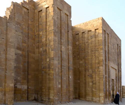 Входная дверь в комплекс пирамиды Джосера.
