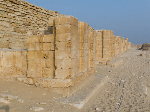 Южная часть внешней стены пирамиды Джосера. Погребальный комплекс.
