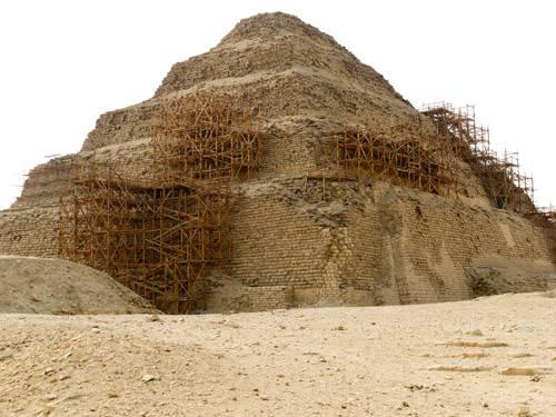 Северо- восточный угол ступенчатой пирамиды Джосера. Саккара.