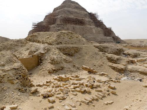 Вид на ступенчатую пирамиду с северо- востока. Комплекс пирамиды Джосера.
