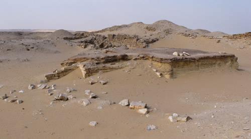 Вид на восток от алтаря погребального комплекса ступенчатой пирамиды Джосера.