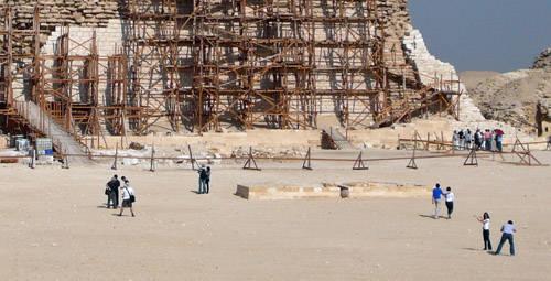 В-образные основания во внутреннем дворе комплекса пирамиды Джосера.