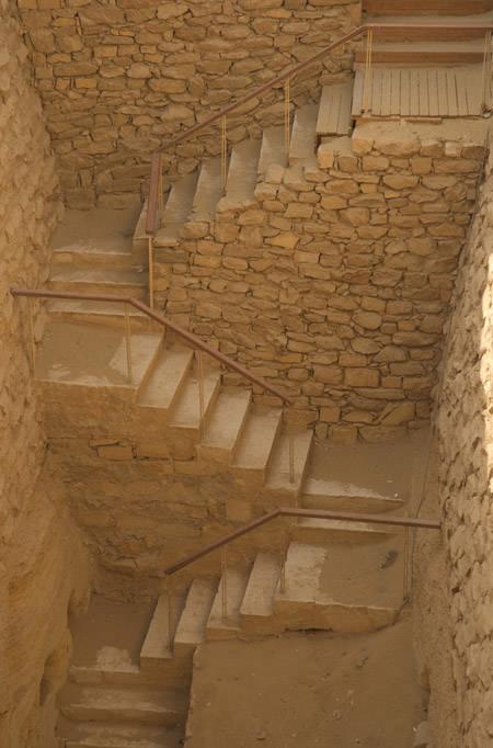 Лестница, ведущая во вспомогательную пирамиду. Фараон Джосер. Погребальный комплекс.