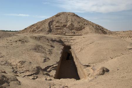 Вид на вход в главную пирамиду Эль Курру.