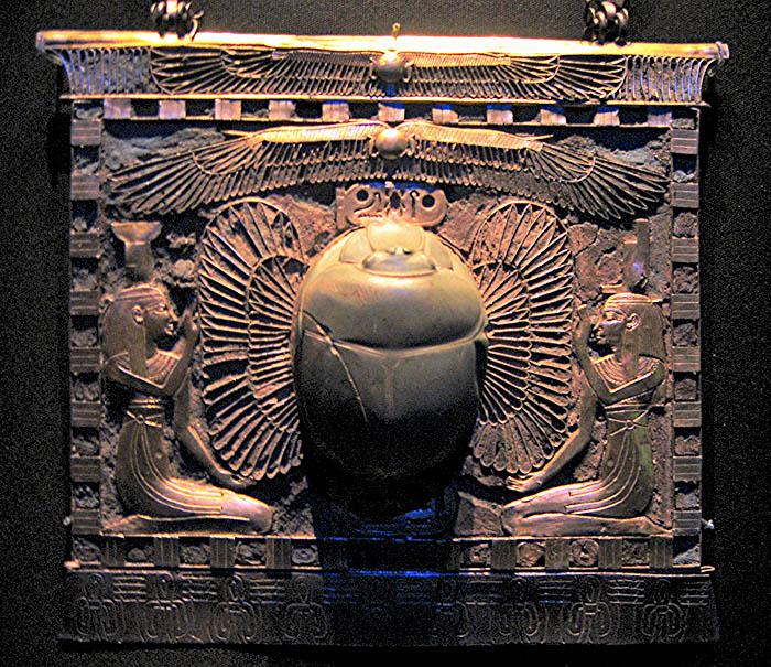 Пластина со скарабеем, Исидой и Нефтидой. Гробница Тутанхамона.