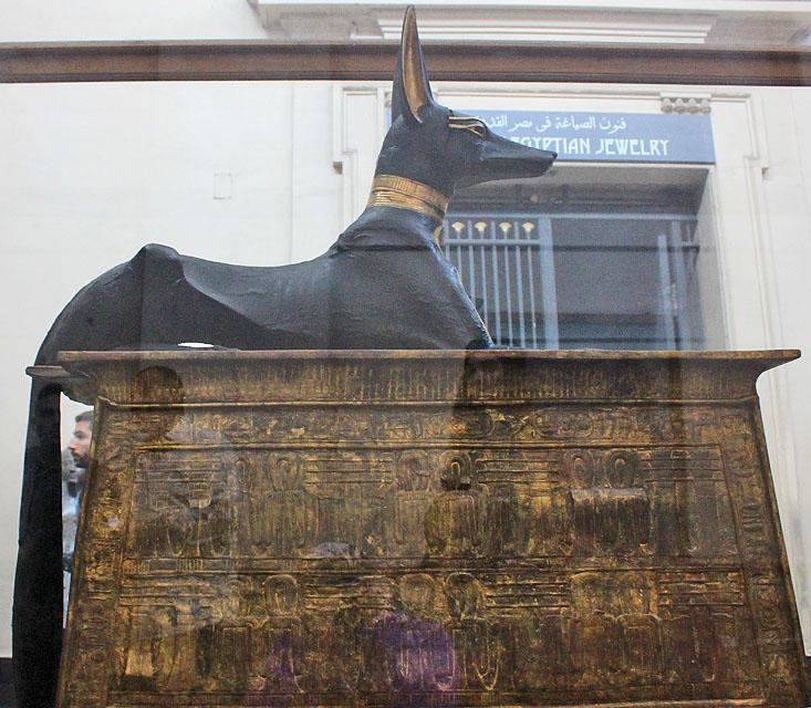 Статуя Анубиса на переносной молельне. Вид сбоку. Гробница Тутанхамона.