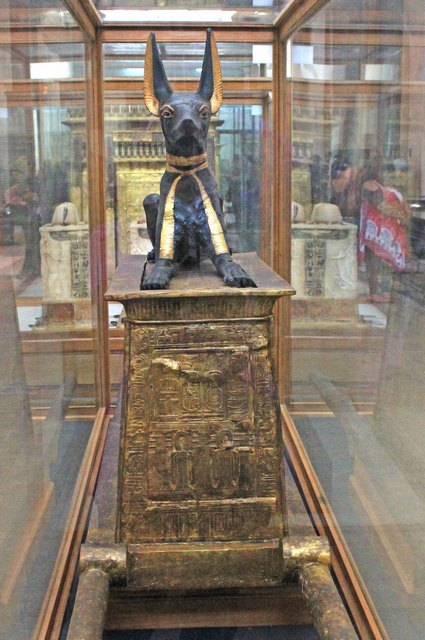 Статуя Анубиса на переносной молельне. Вид спереди. Гробница Тутанхамона.