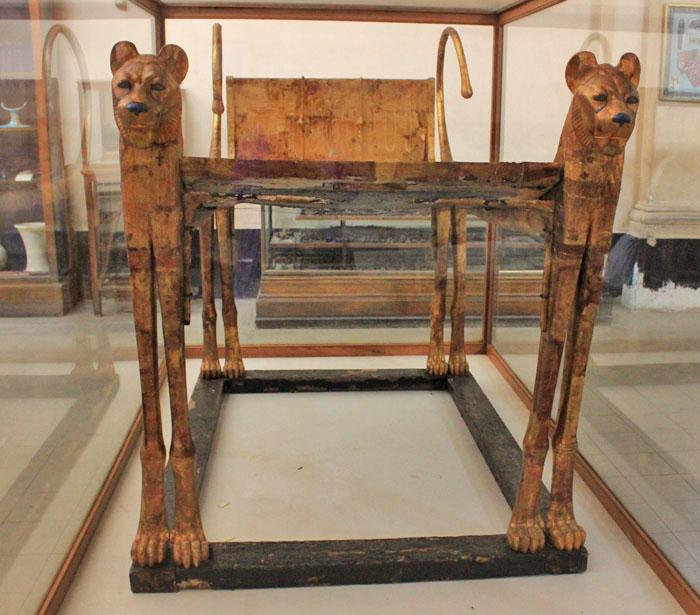 Погребальное ложе со скульптурными головами львов. Тутанхамона