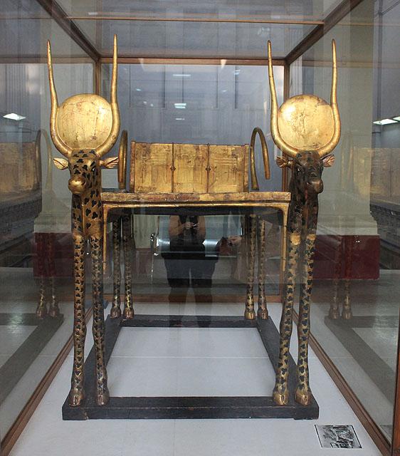 Погребальное ложе с боковыми сторонами в форме коровы. Вид спереди. Гробница Тутанхамона.