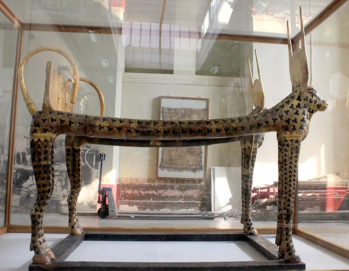 Погребальное ложе с боковыми сторонами в форме коровы. Вид сбоку. Гробница Тутанхамона.