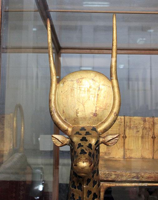 Голова священной коровы. Погребальное ложе Тутанхамона.