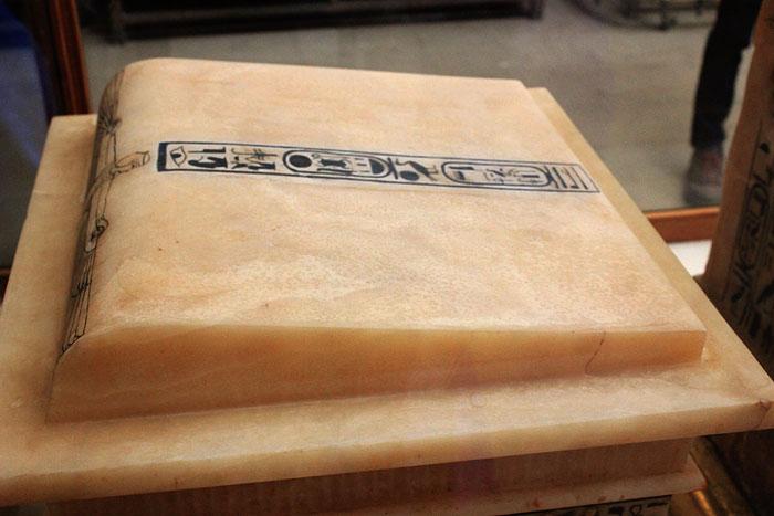 Крышка ящика для каноп фараона. Вид 2. Гробница Тутанхамона.