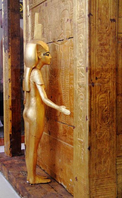 Молельня для хранения каноп Тутанхамона. Богиня Исида на западной стороне.