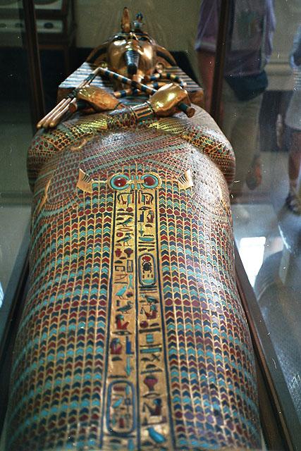 Второй антропоидный саркофаг Тутанхамона. Вид со стороны ног. Каирский музей.