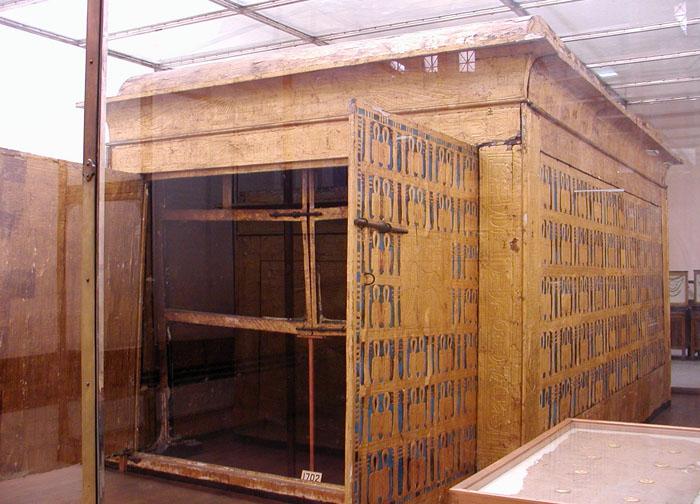 Первый ковчег фараона Тутанхамона с раскрытыми дверцами.
