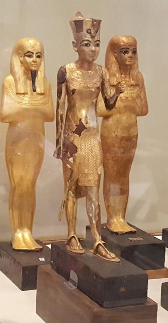 Статуя фараона Тутанхамона в красной короне.