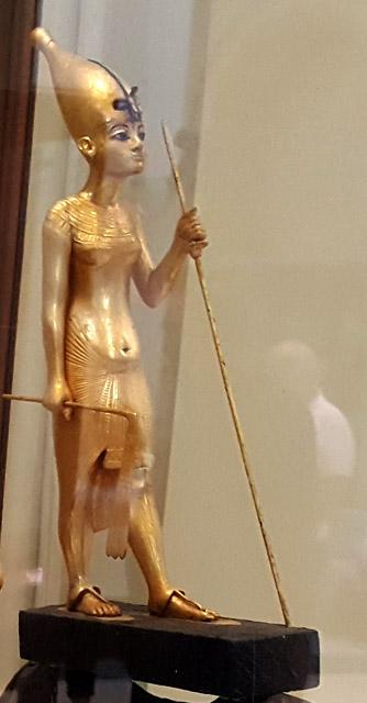 Статуя фараона Тутанхамона в белой короне.